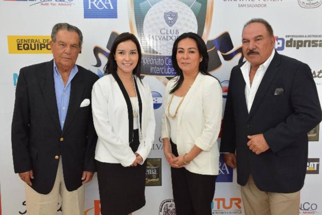 María Luisa de Ibáñez (izquierda) y Elena Cornejo, de Scotiabank, con organizadores del torneo. FOTO EDH/ David Rezzio