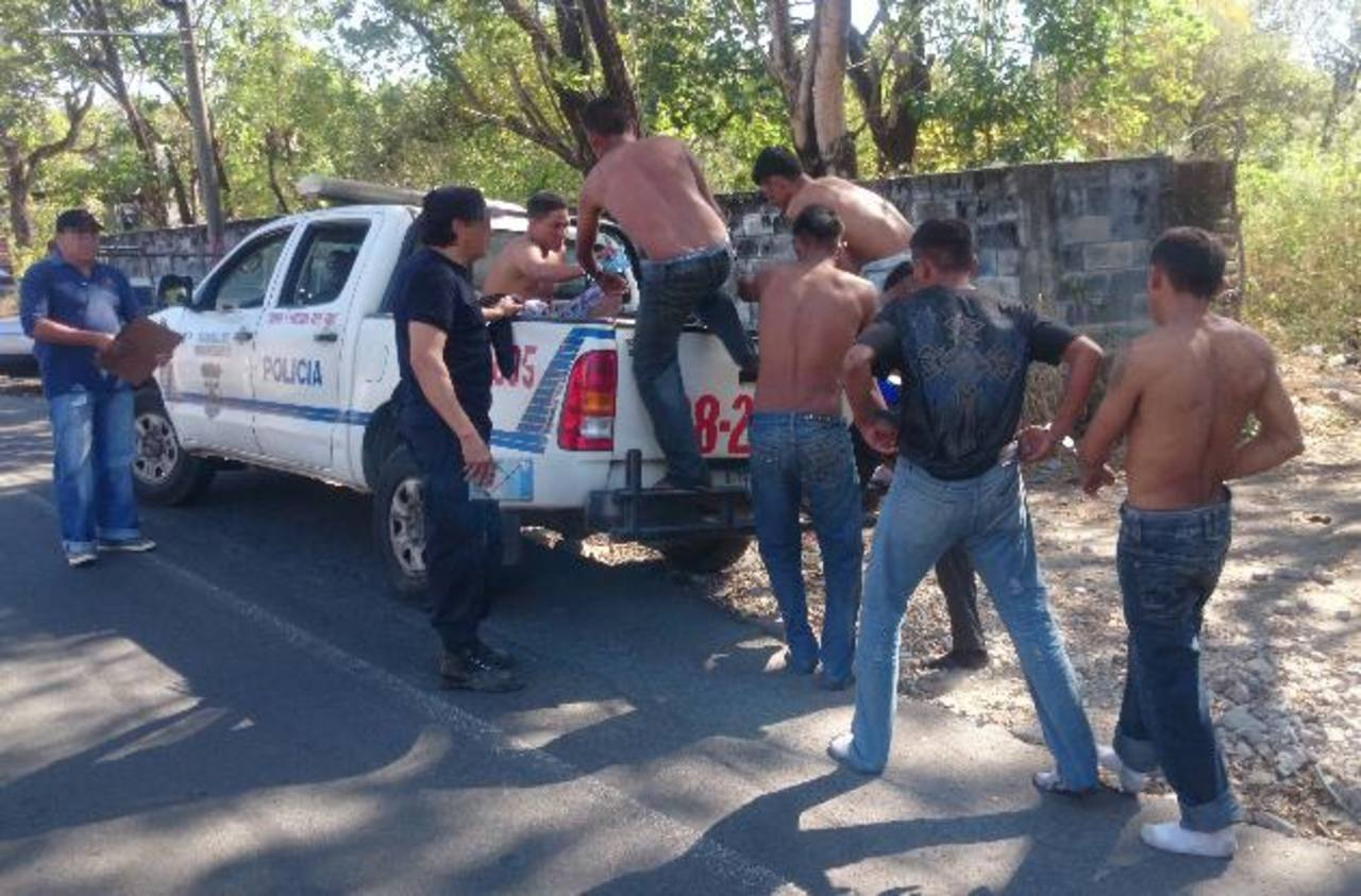 Los siete detenidos tras el enfrentamiento en el cantón Las Isletas de San Pedro Masahuat, fueron llevados ayer a las bartolinas policiales de Zacatecoluca. Foto edh / jorge beltrán luna