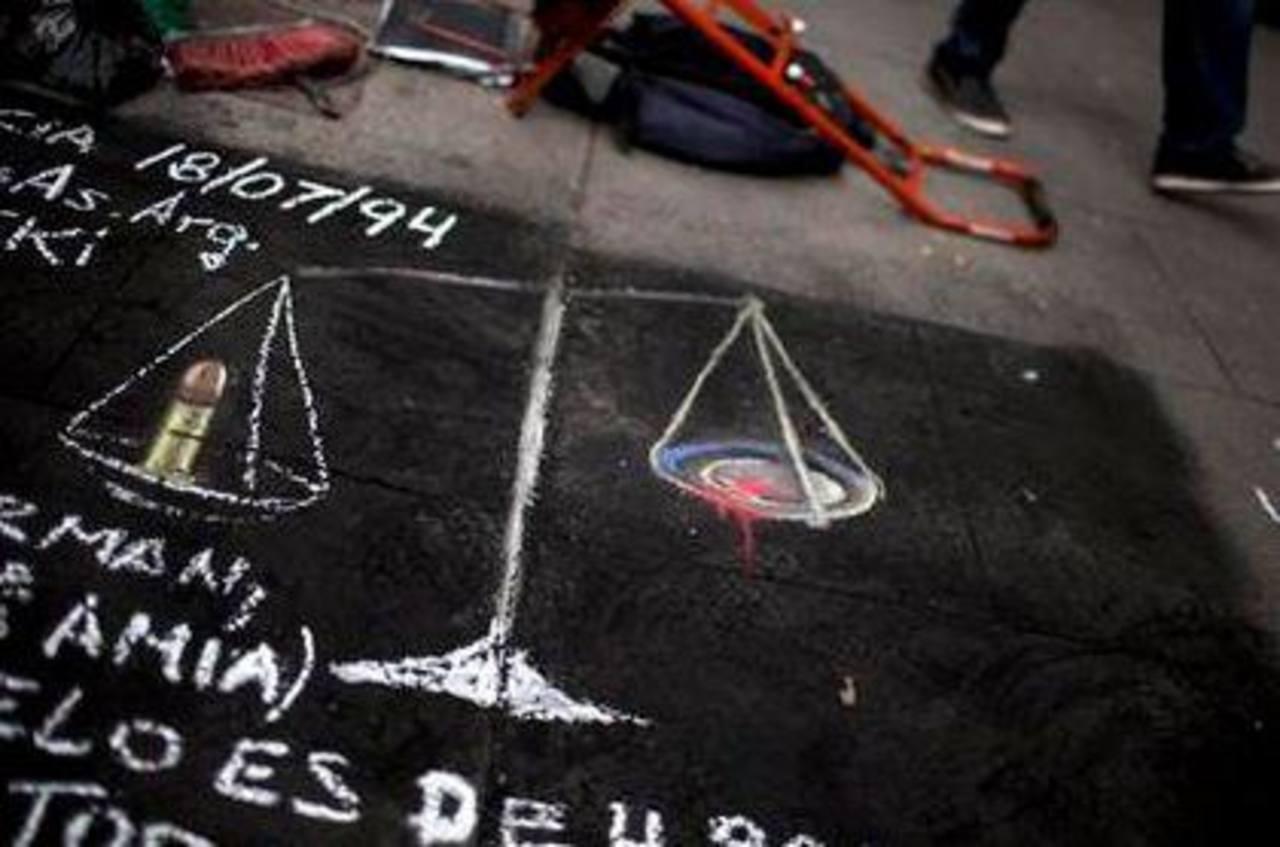 Un dibujo con la balanza de la justicia, con una bala en un lado y sangre en el otro, fue pintado en una acera de Buenos Aires, Argentina.