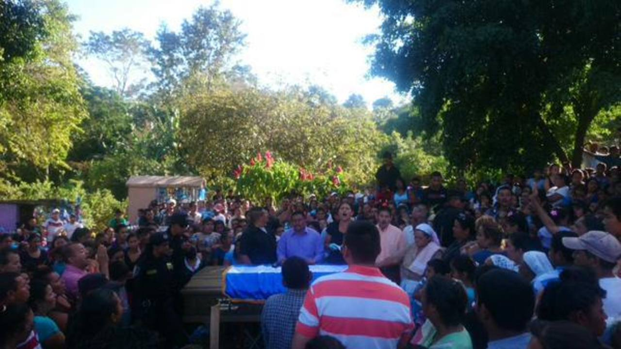Ayer le dieron el ultimo adiós al agente Geovanny Adonay Fuentes, asesinado el martes en Coatepeque, Santa Ana.