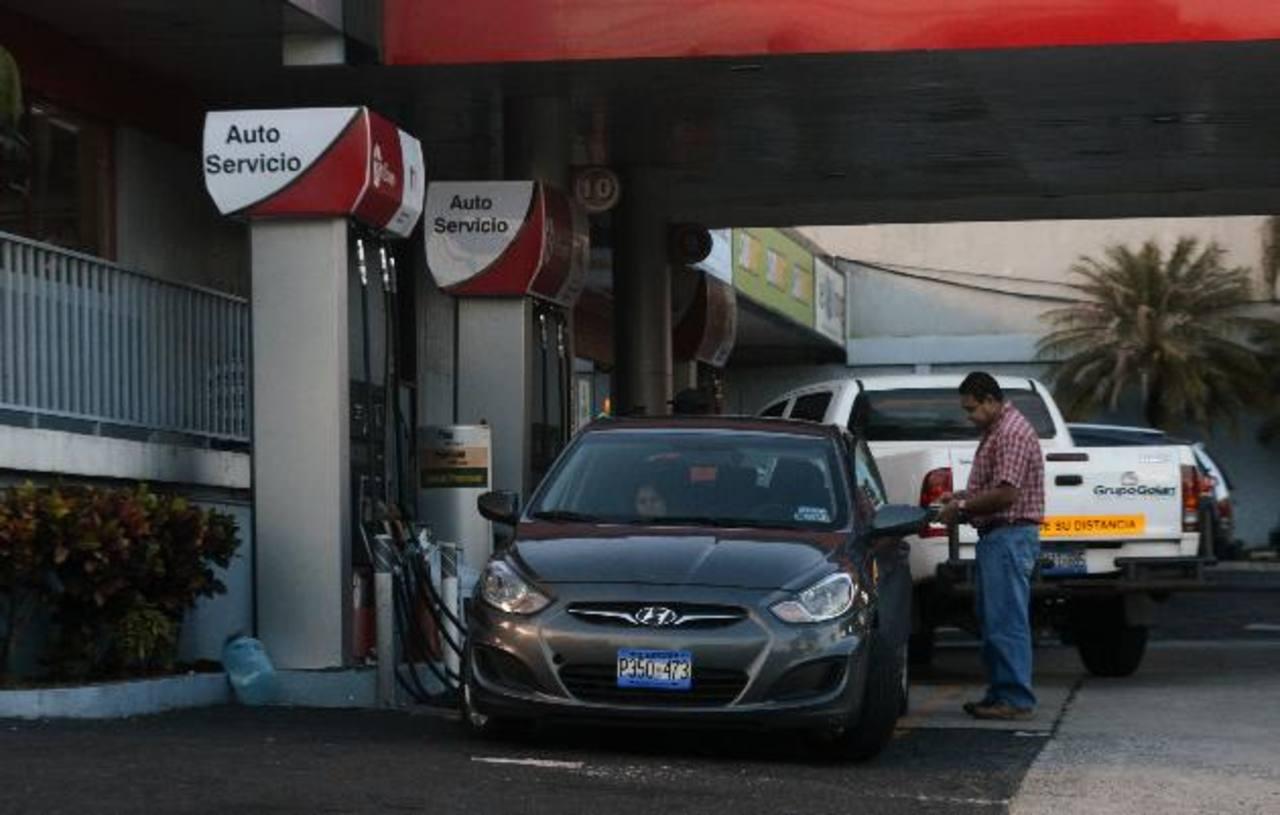 Los consumidores serán los que percibirán el nuevo impuesto sobre el precio de la gasolina. foto EDH/archivo