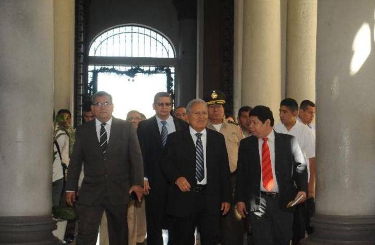 El presidente Sánchez Cerén llega a la sede de la Policía.