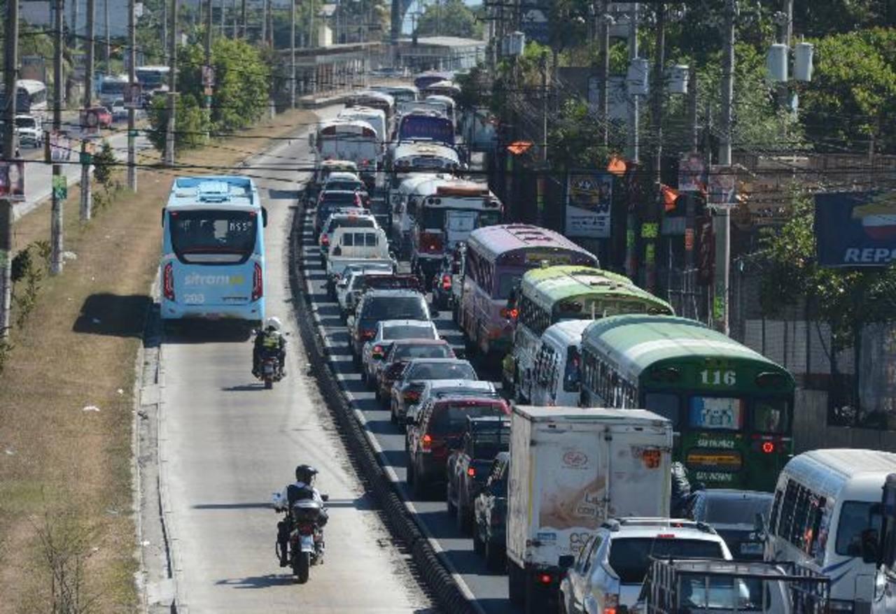Durante el inicio del Plan Piloto hubo congestión en algunos puntos de recorrido del Sitramss. FOTO EDH / Douglas Urquilla