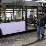 Varias personas transitan el lugar donde se produjo una explosión en Donetsk, Ucrania.