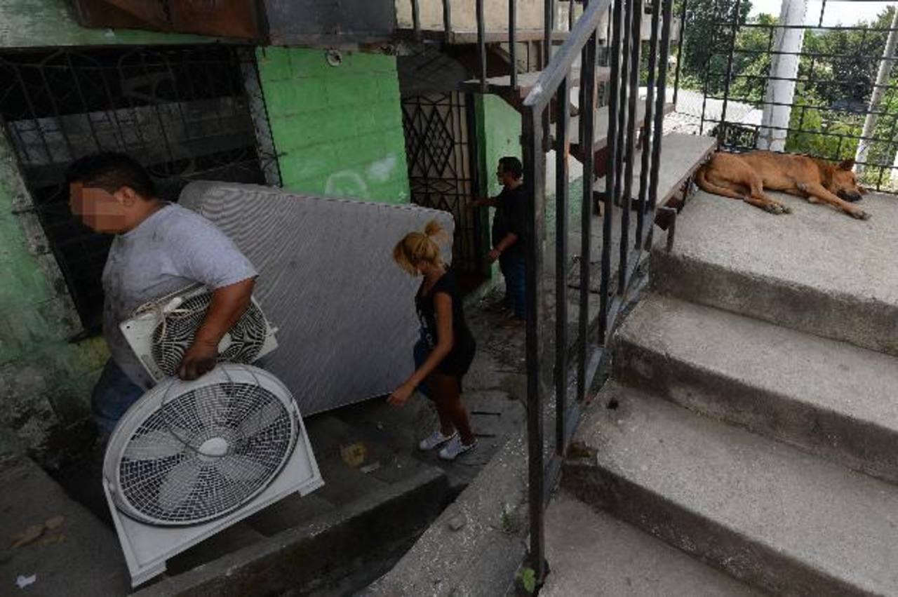 Las familias afectadas por las amenazas de las pandillas continuaban ayer sacando algunas de sus pertenencias de los apartamentos. foto edh/jaime Anaya