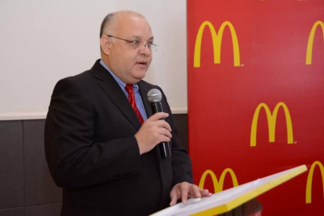 Luis González, gerente de Operaciones de McDonald's El Salvador, al momento de la entrega. foto edh / Mario Díaz