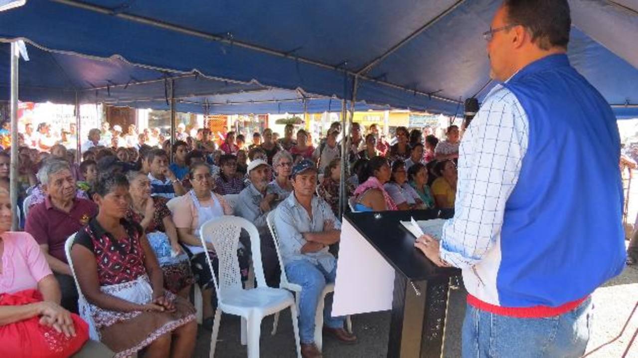 Reunión sostenida entre el alcalde y los comerciantes. Foto EDH / Roberto Díaz zambrano.