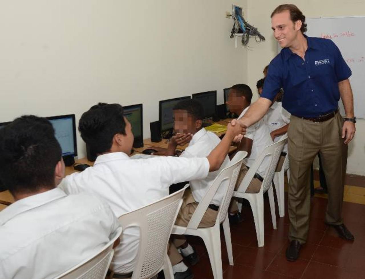 Alejandro Poma, de la Fundación que lleva su apellido, saluda a un alumno de Fesa. FOTOS EDH / DOUGLAS URQUILLA