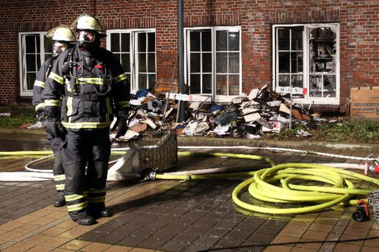Bomberos permanecen en el patio del periódico Hamburger Morgenpost, al norte de Alemania, atacado ayer.