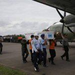 Miembros de los servicios de rescate indonesios transportan los restos de dos de las víctimas recuperadas del avión de AirAsia.