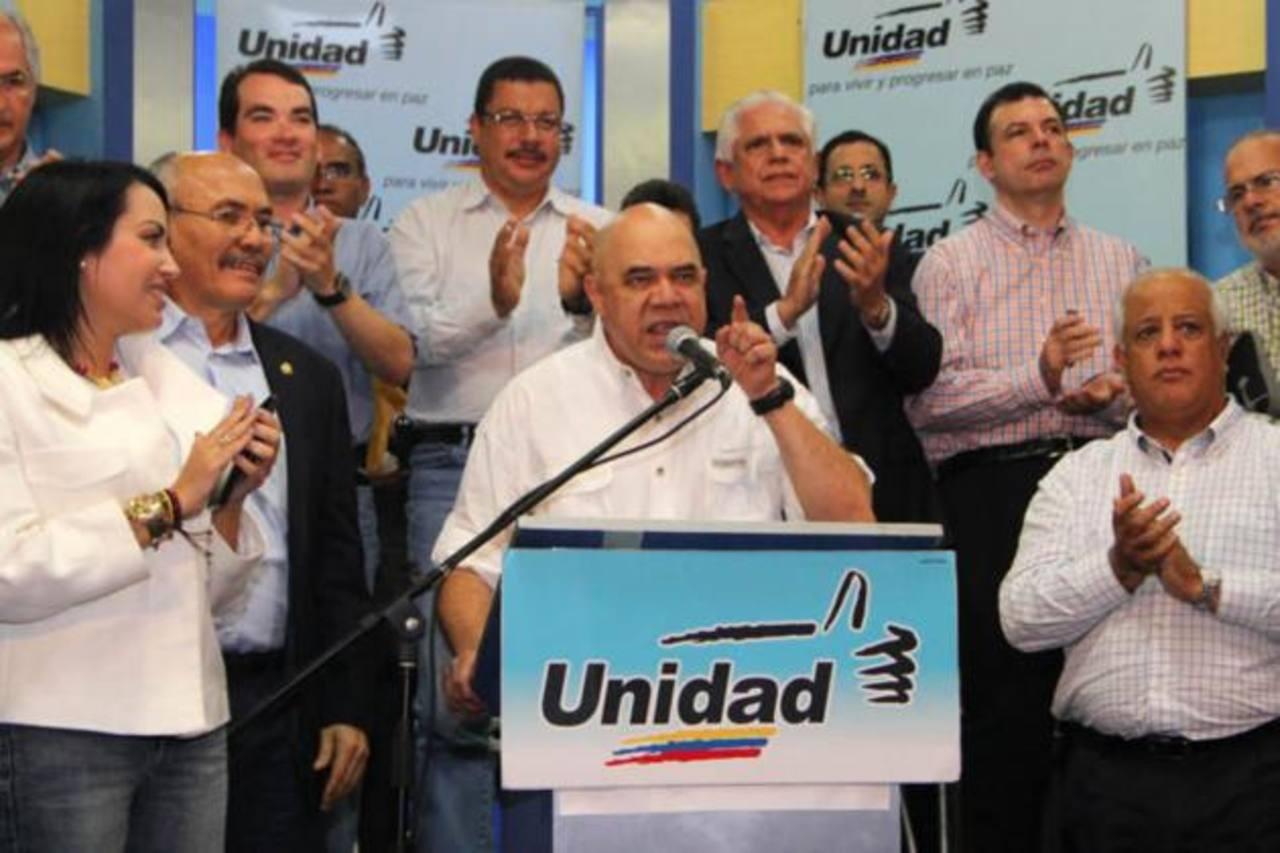Al centro, el secretario ejecutivo de la opositora Mesa de la Unidad Democrática (MUD), Jesús Chúo Torrealba. foto edh / internet
