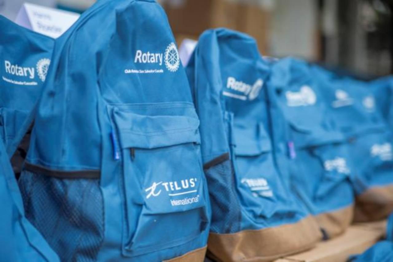 Las mochilas entregadas a los estudiantes contienen un paquete escolar completo para estudiantes de primaria.
