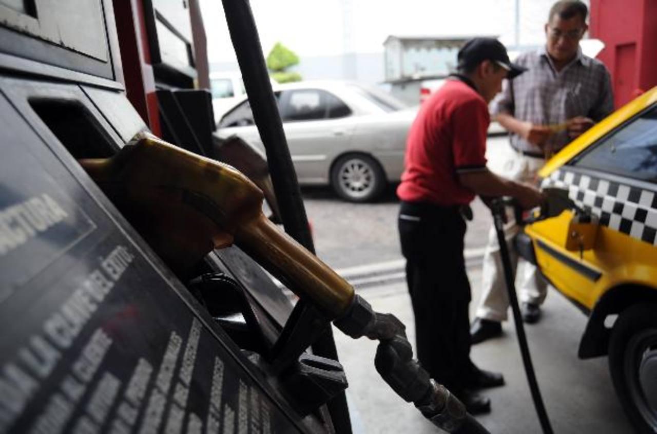 Los nuevos precios de referencia incluyen desde ayer el Impuesto Especial a los Combustibles. Foto edh /