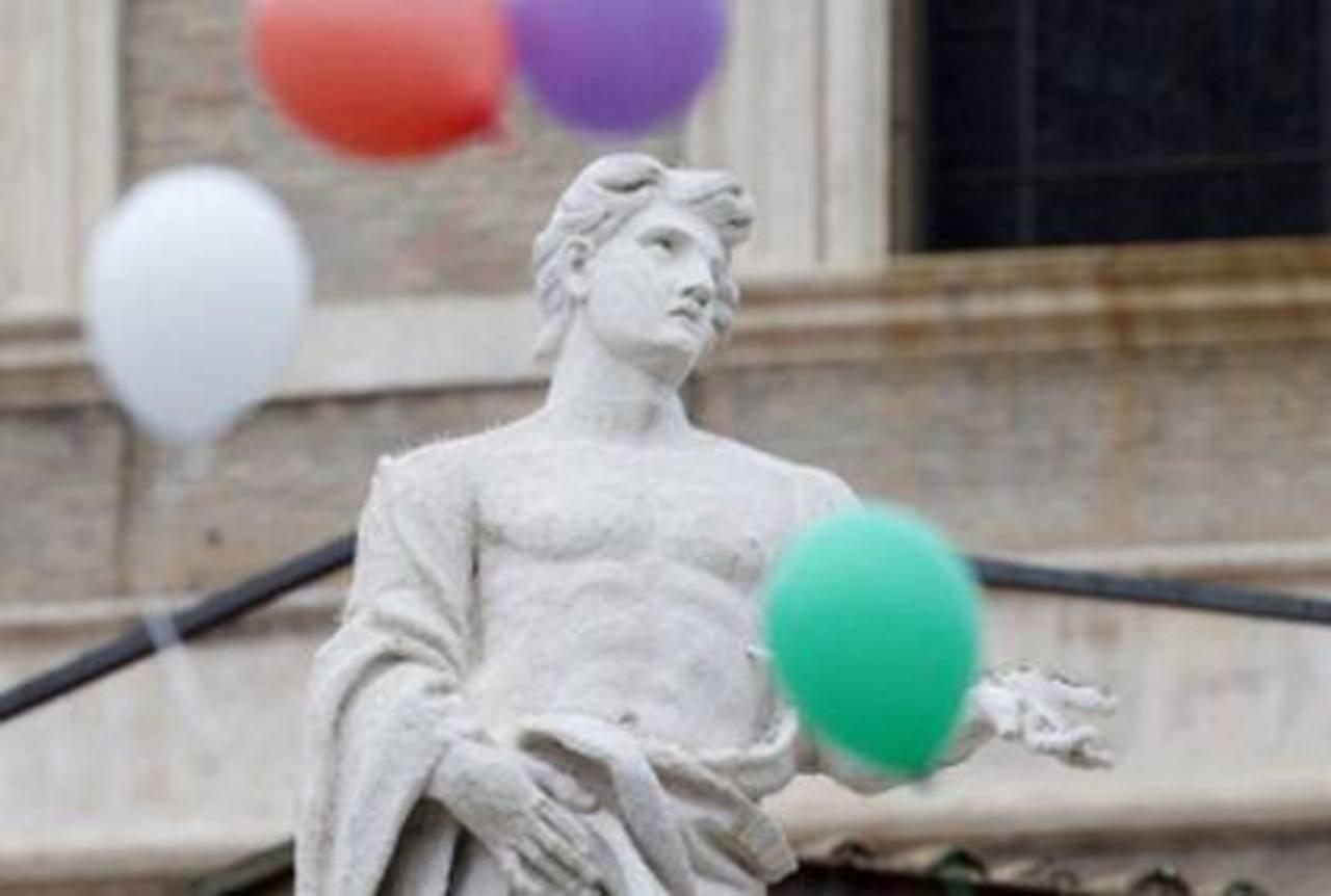 Globos de colores que soltaron unos niños se elevan sobre la Plaza de San Pedro, en el Vaticano.