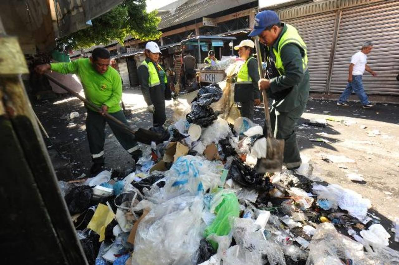 Desde las primeras horas de ayer, cuadrillas municipales iniciaron las labores de limpieza en diversas arterias capitalinas. foto sedh / lissete monterrosa