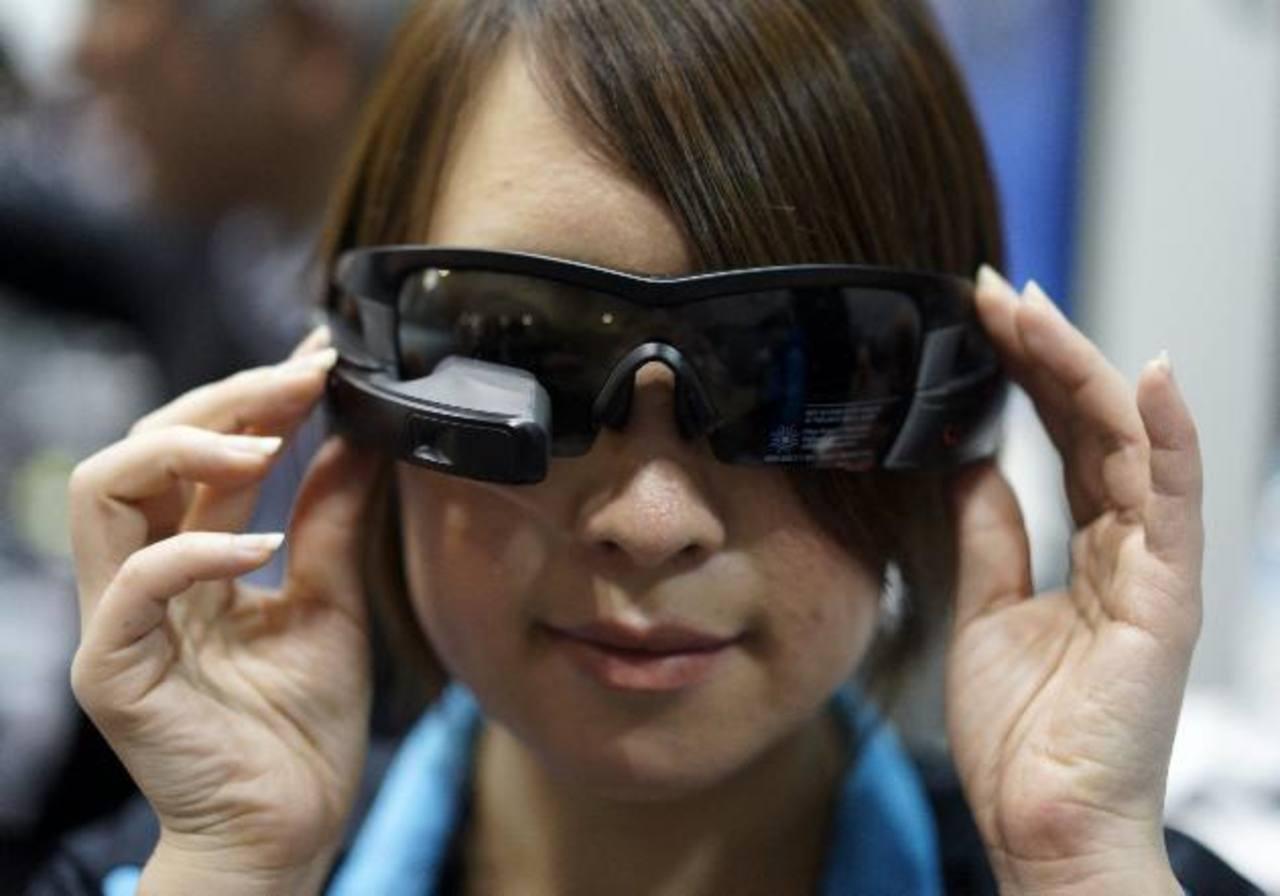 """Una mujer luce unas """"smartglasses"""" en la primera edición de la """"Wearable Expo"""" en Tokio. foto edh"""