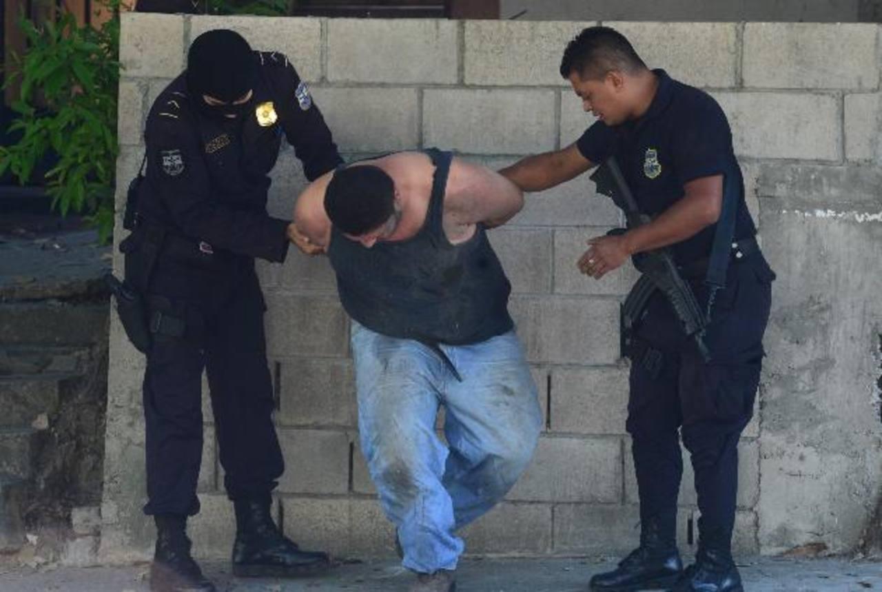 Uno de los supuestos delincuentes que se enfrentaron a los policías fue arrestado con un revólver. Foto EDH / ERICKA CHÁVEZ.