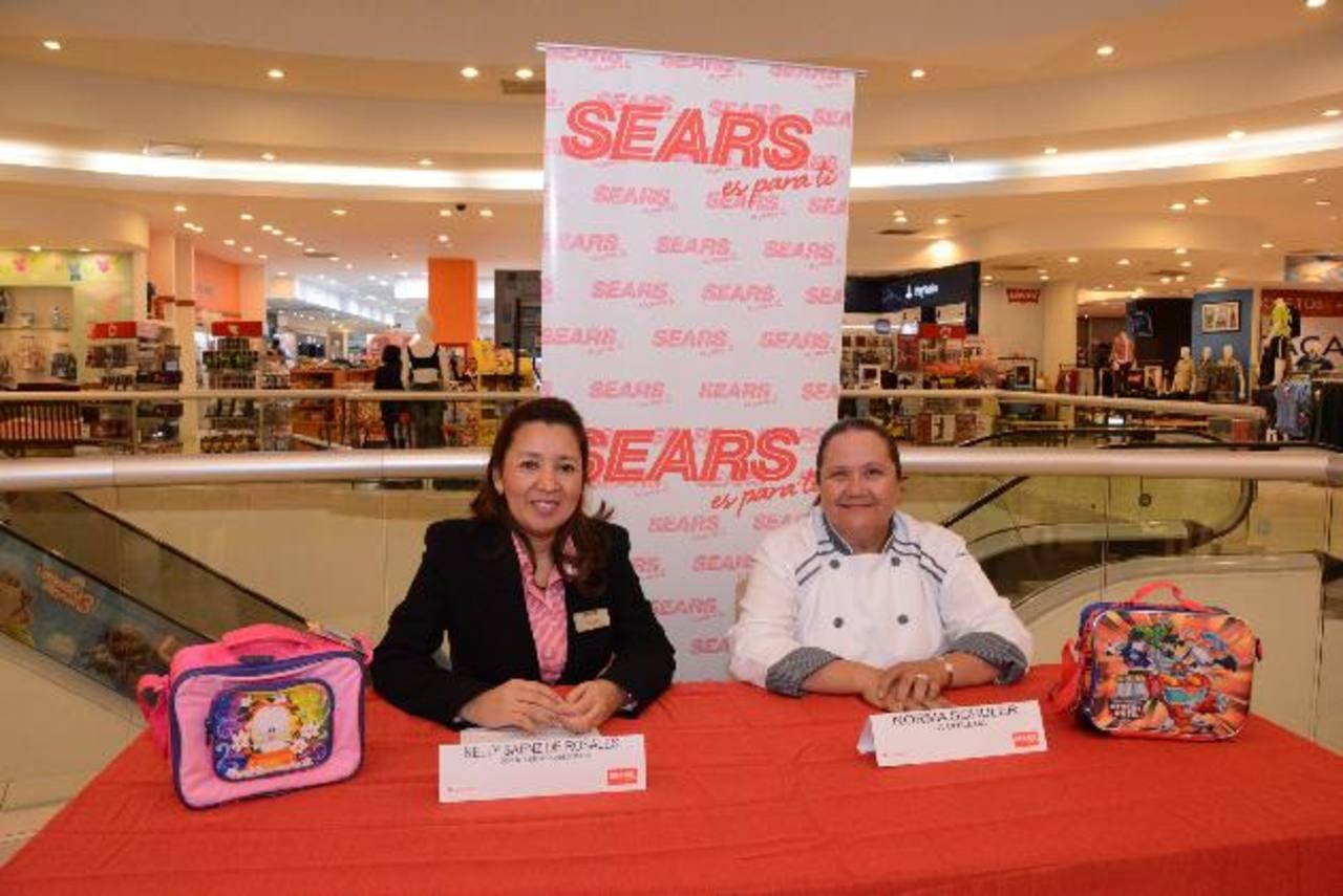 """Nelly Sáenz, de Sears, y la reconocida chef """"La Chilena"""" presentaron la iniciativa del almacén. Foto EDH / Mario Díaz"""