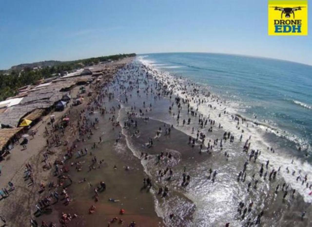 Muchas familias disfrutaron de las playas de La Libertad el 1 de enero.