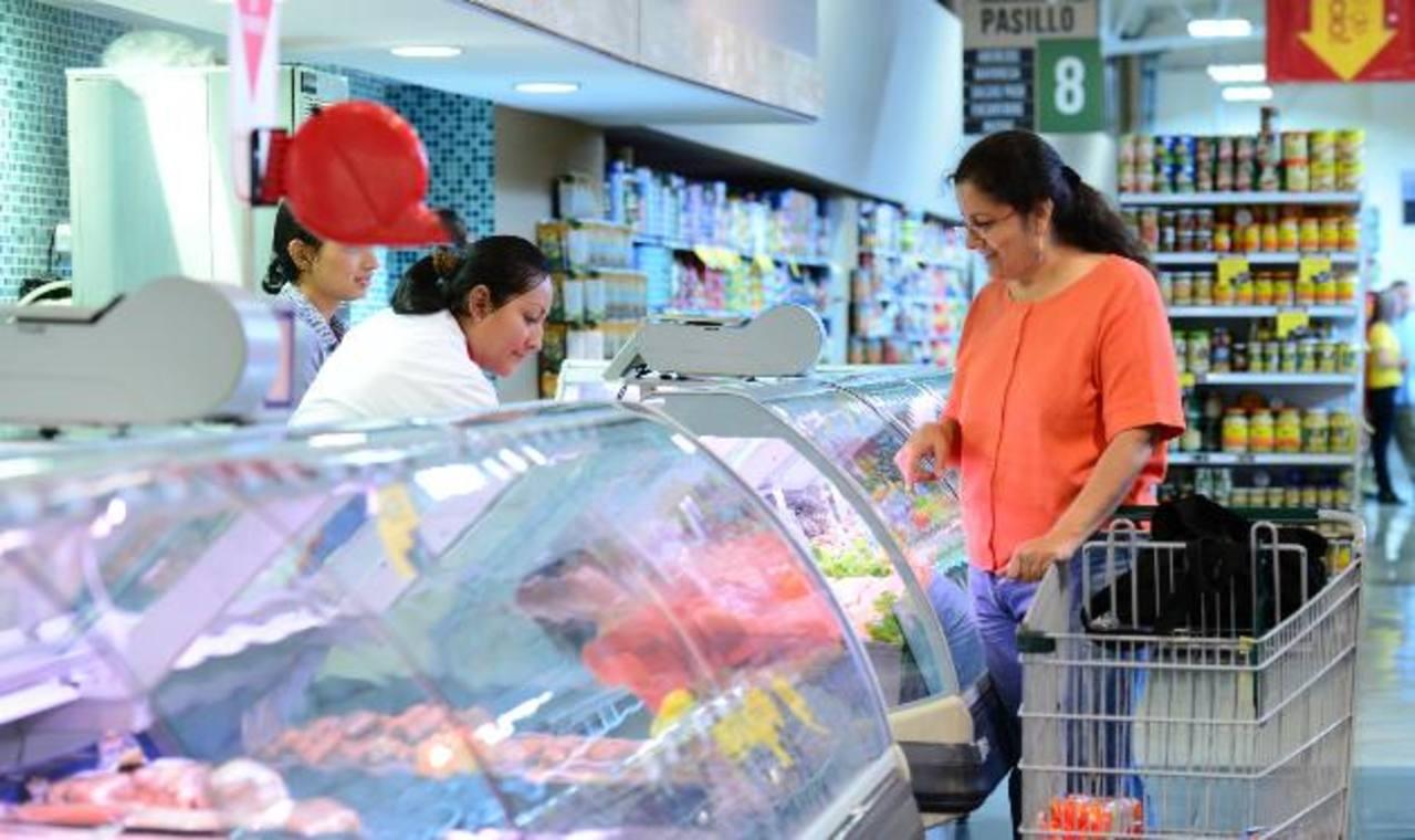 Los salvadoreños están comprando menos, lo cual se refleja en la baja recaudación de IVA en 2014. Foto EDH / archivo