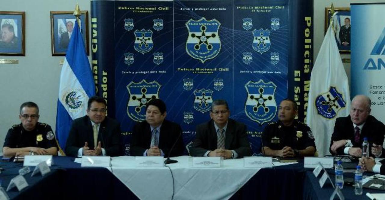 Expertos estadounidenses se reunieron ayer con las autoridades de seguridad en la sede central de la Policía. Foto EDH / Marlon Hernández.