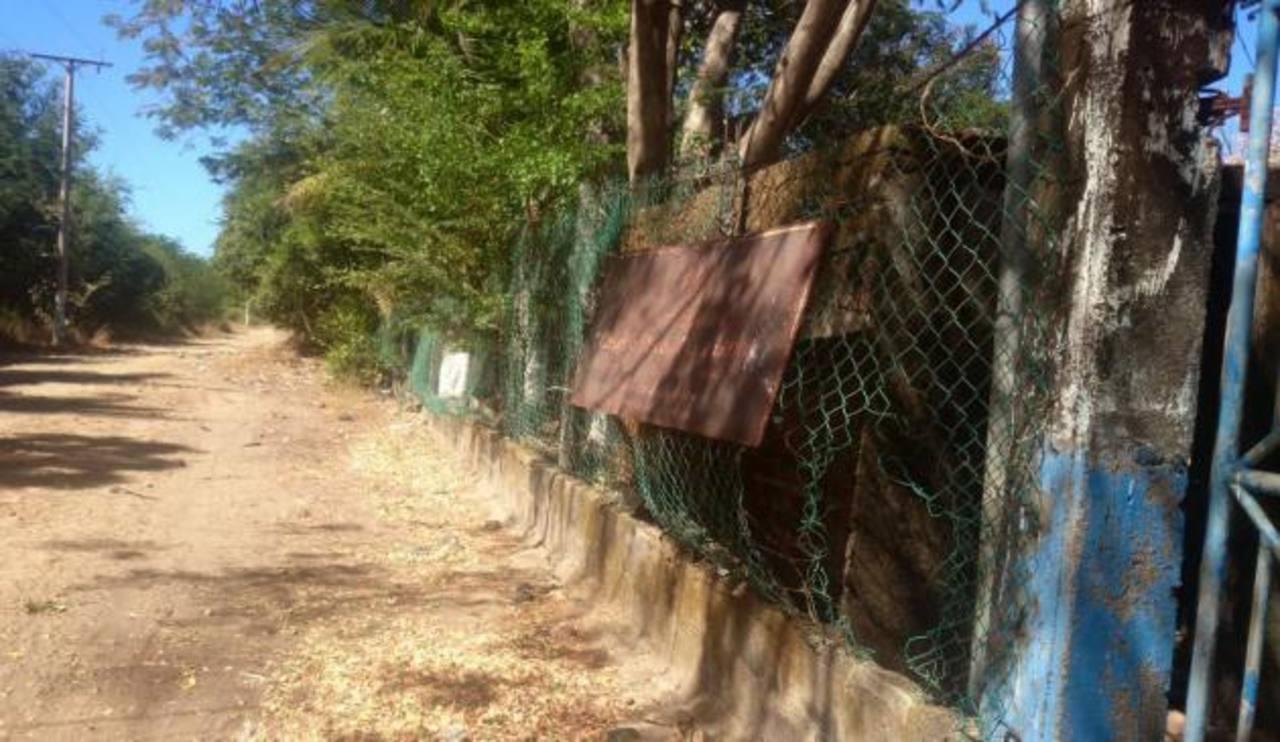 Así luce la cerca perimteral de la escuela de El Icacal. foto edh /insy mendoza
