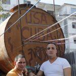El régimen cubano liberó a los disidentes Reinier Mulet (izquierda) y Miguel Alberto Ulloa (derecha) quienes posan al lado de un tanque de agua en La Habana, Cuba. foto edh / ap