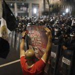 """Un hombre sostiene una pancarta que decía """"Fue el Estado"""", durante una protesta en México por el caso de los 43 estudiantes de Ayotzinapa. Foto edh / archivo."""