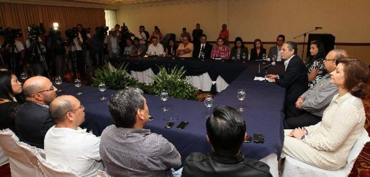 El aspirante tricolor realizó un prolongado período de consultas con todos los sectores de San Salvador, para diseñar una propuesta integrada y de largo alcance. Foto EDH / Archivo