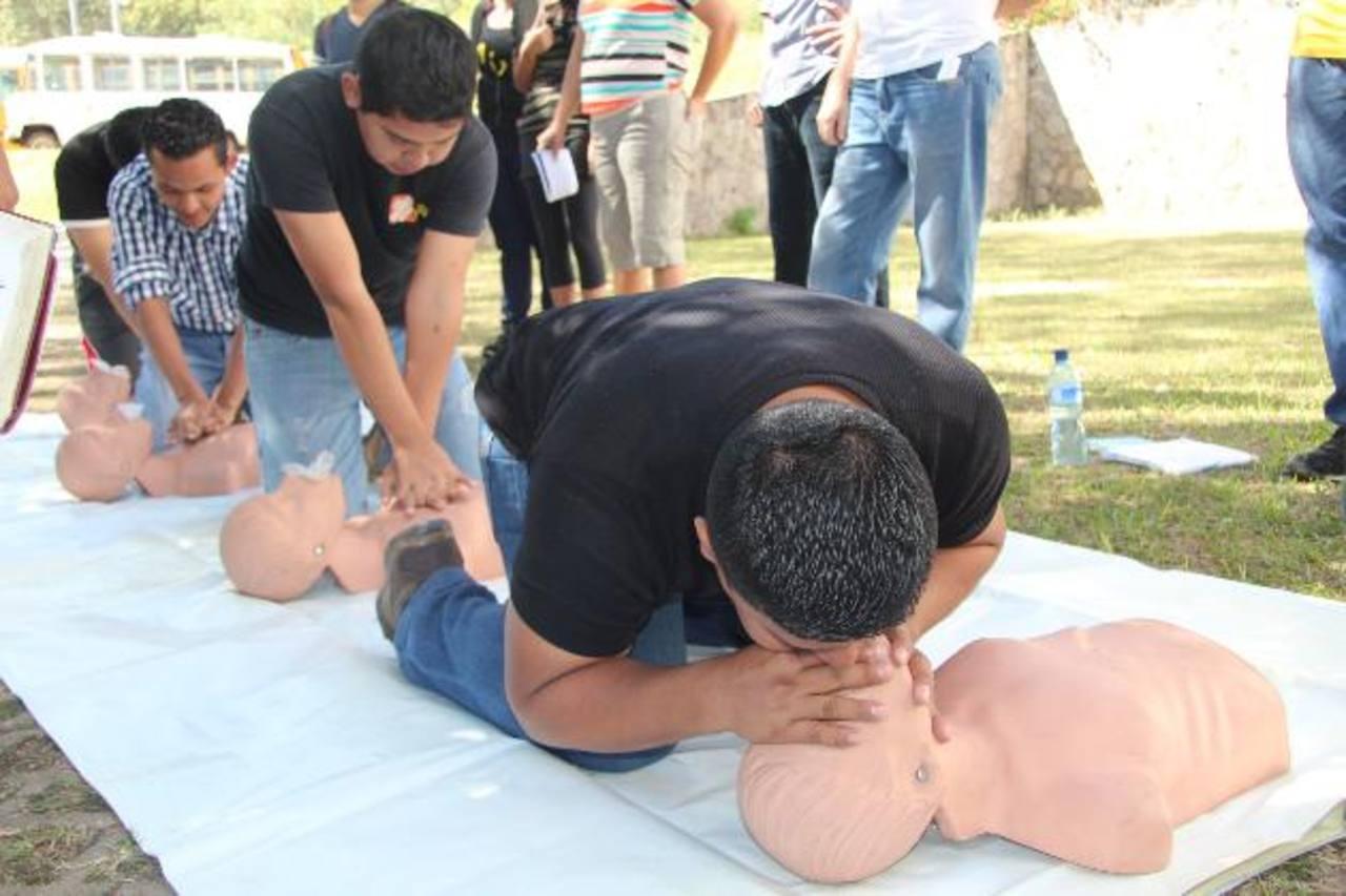 Los jóvenes recibieron entrenamiento de RCP y realizaron diversos simulacros. foto edh / cortesía