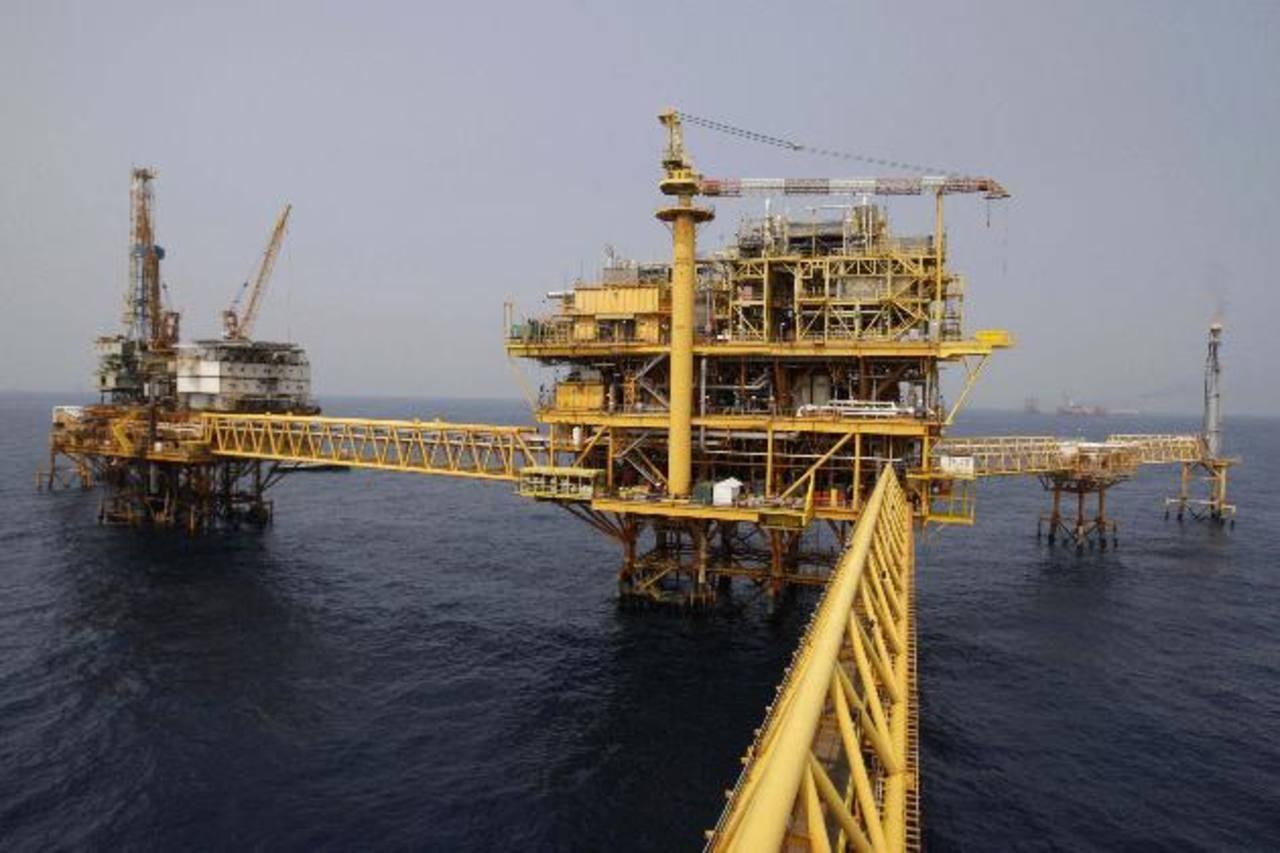 La caída en picada de los precios del petróleo es una oportunidad para estimular el crecimiento económico de los países importadores. Foto EDH / Archivo