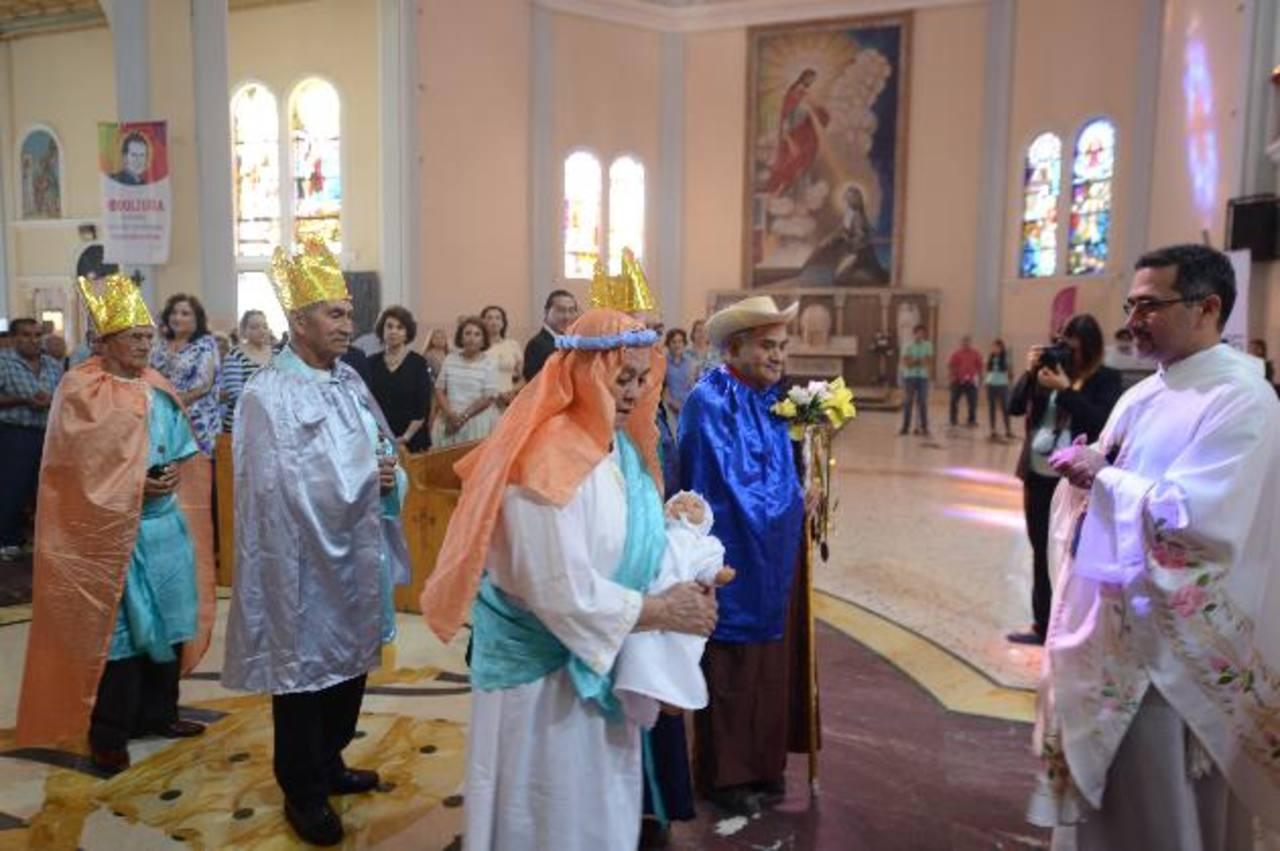 Durante la misa, miembros de las filiales llegaron vestidos como los Reyes Magos, Jesús y María. foto edh / douglas urquilla.