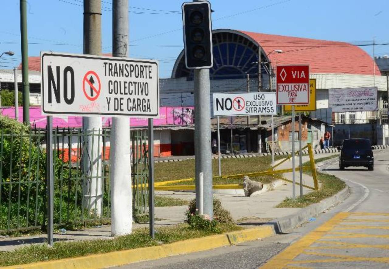 Otro de los puntos donde se ha ubicado la señalización es en la estación cercana al Reloj de Flores. Fotos EDH / omar carbonero.