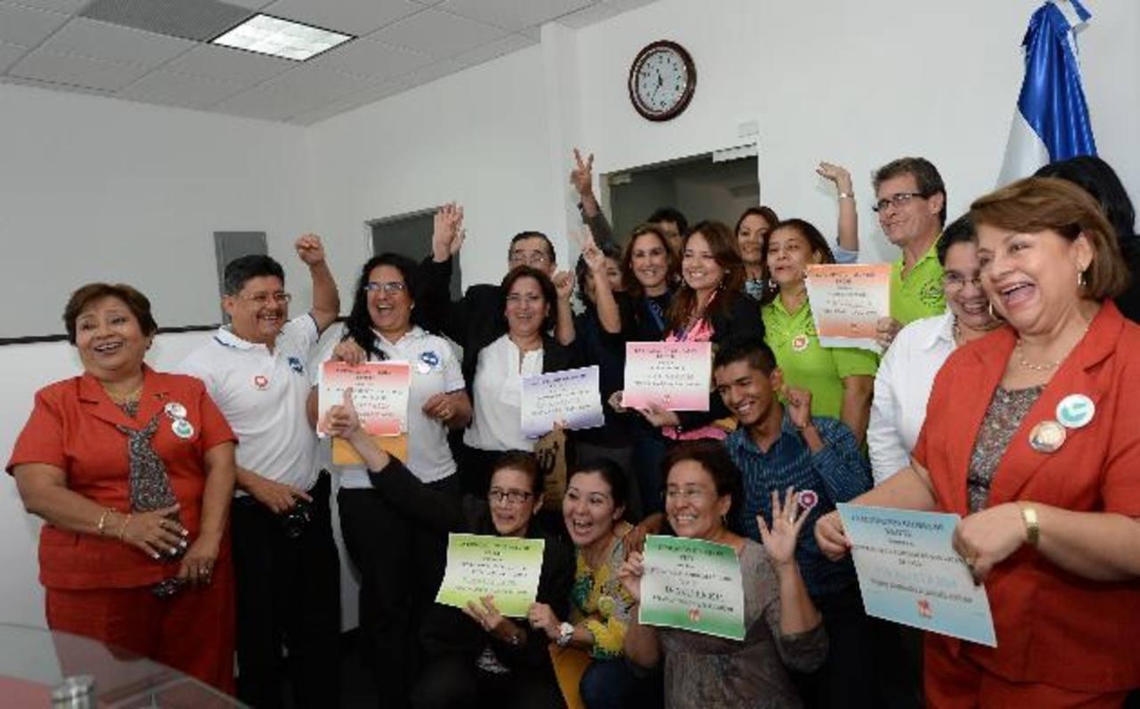 Doña Celina de Kriete junto a representantes de las 10 organizaciones finalistas de 2014. foto edh / archivo