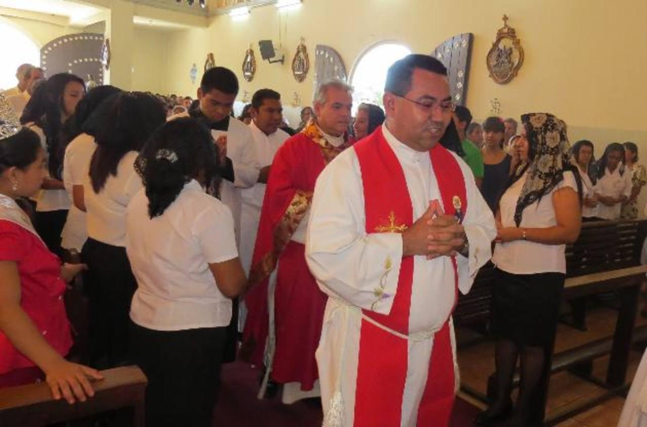 Sacerdotes y feligreses durante la ceremonia en el Templo El Calvario. Foto EDH / Roberto Díaz zambrano.