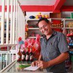 El programa ayuda a los tenderos a administrar mejor sus pequeños negocios y así acceder a créditos y a formalizarse. Foto EDH/ Cortesía Industrias La constancia
