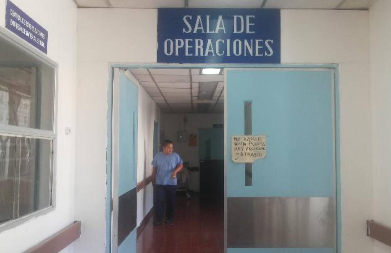 Empleado del hospital Zacamil sale de los quirófanos.