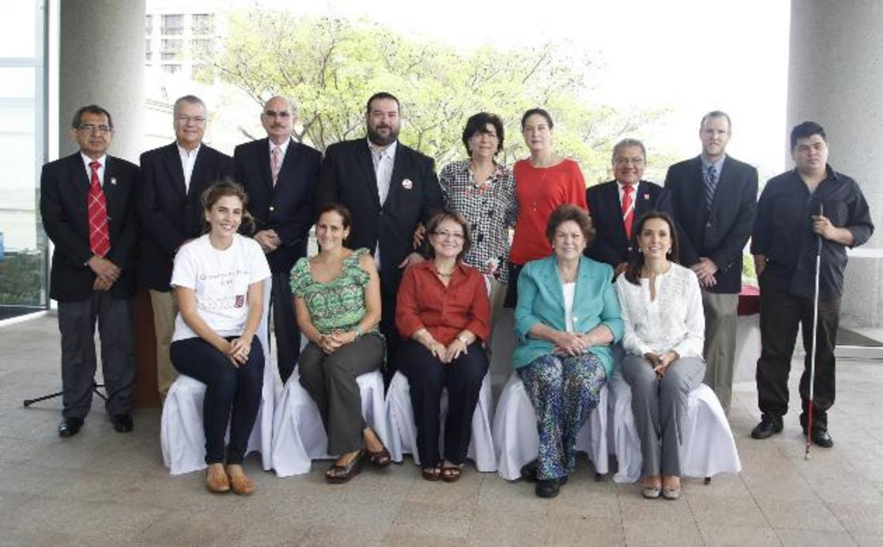 Representantes de la Fundación Rafael Meza Ayau en compañía de miembros de instituciones beneficiadas posan para una fotografía del recuerdo.