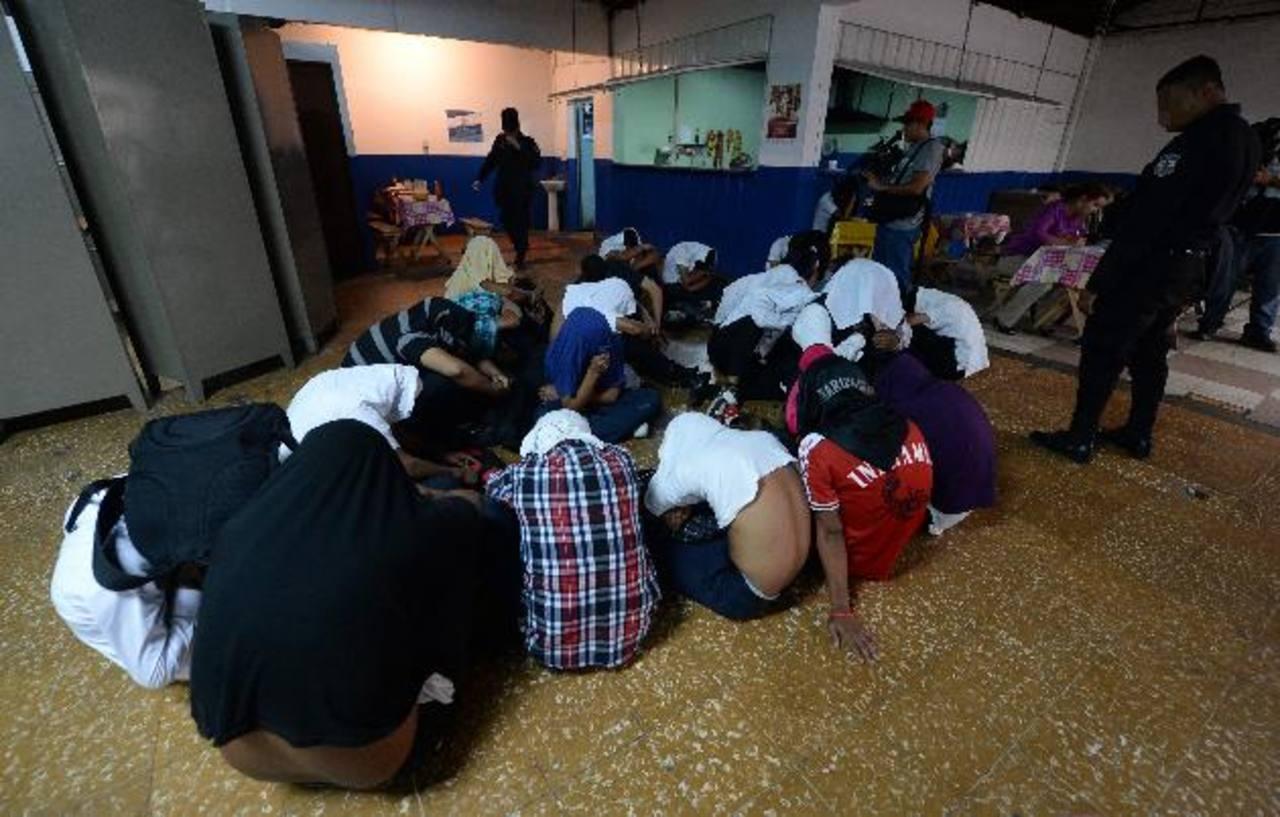 Los alumnos fueron llevados a la delegación Centro de la Policía Nacional Civil, tras retenerlos cuando se enfrentaban a otros estudiantes, dijo la PNC. Foto EDH / Jaime Anaya