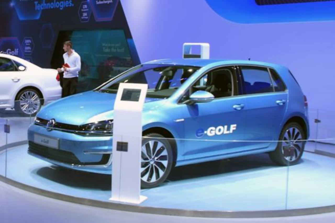El Golf tiene un motor eléctrico compacto que genera una potencia equivalente a 115 caballos con una batería de litio-ion de 24.2 kilovatios/hora.