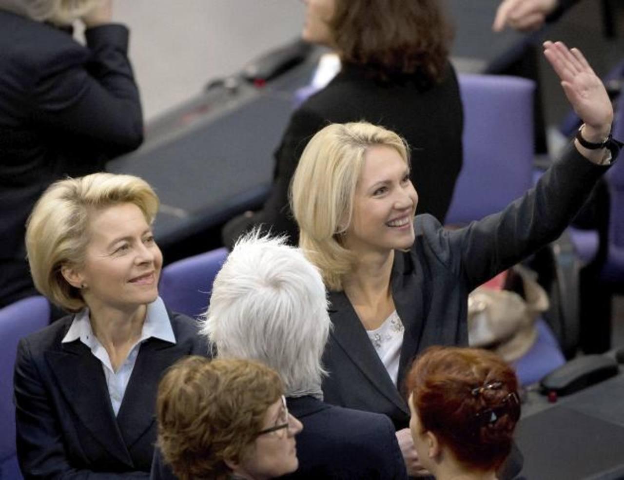 La ministra de Familia alemana, Manuela Schwesig (Dcha.), junto a la ministra de Defensa, Ursula von der Leyen (Izq), captadas en una sesión parlamentaria. _Foto de Expansión / EFE