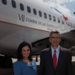 El presidente ejecutivo de Copa Airlines, Pedro Heilbron, y la vicepresidenta de Panamá, Isabel de Saint Malo, mostraron uno de los aviones de Copa que lucirán el logo de la cumbre.
