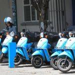 Una mujer monta una moto de la empresa Econduce, hoy, miércoles 8 de abril, durante una demostración en las calles de la capital mexicana.