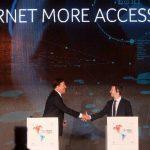 El presidente de Panamá, Juan Carlos Varela (Izq.) estrecha la mano del fundador de Facebook, Mark Zuckerberg, durante la cumbre empresarial II CEO Summit of the Americas, que inició hoy en la capital panameña.