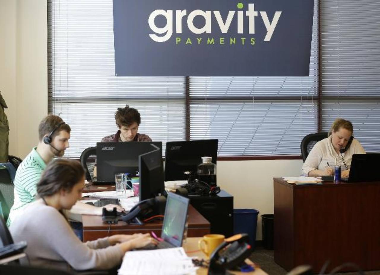 Representantes de ventas de Gravity Payments laboran hoy, miércoles 15 de abril. El director ejecutivo de la empresa, Dan Price, anunció a sus empleados que recortará su salario de casi 1 millón de dólares anuales y aumentará el de todos los colabora