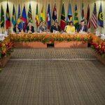 El presidente de EE.UU., Barack Obama (centro) habla durante la cumbre con líderes de la Comunidad del Caribe (Caricom), hoy en Kingston, Jamaica.