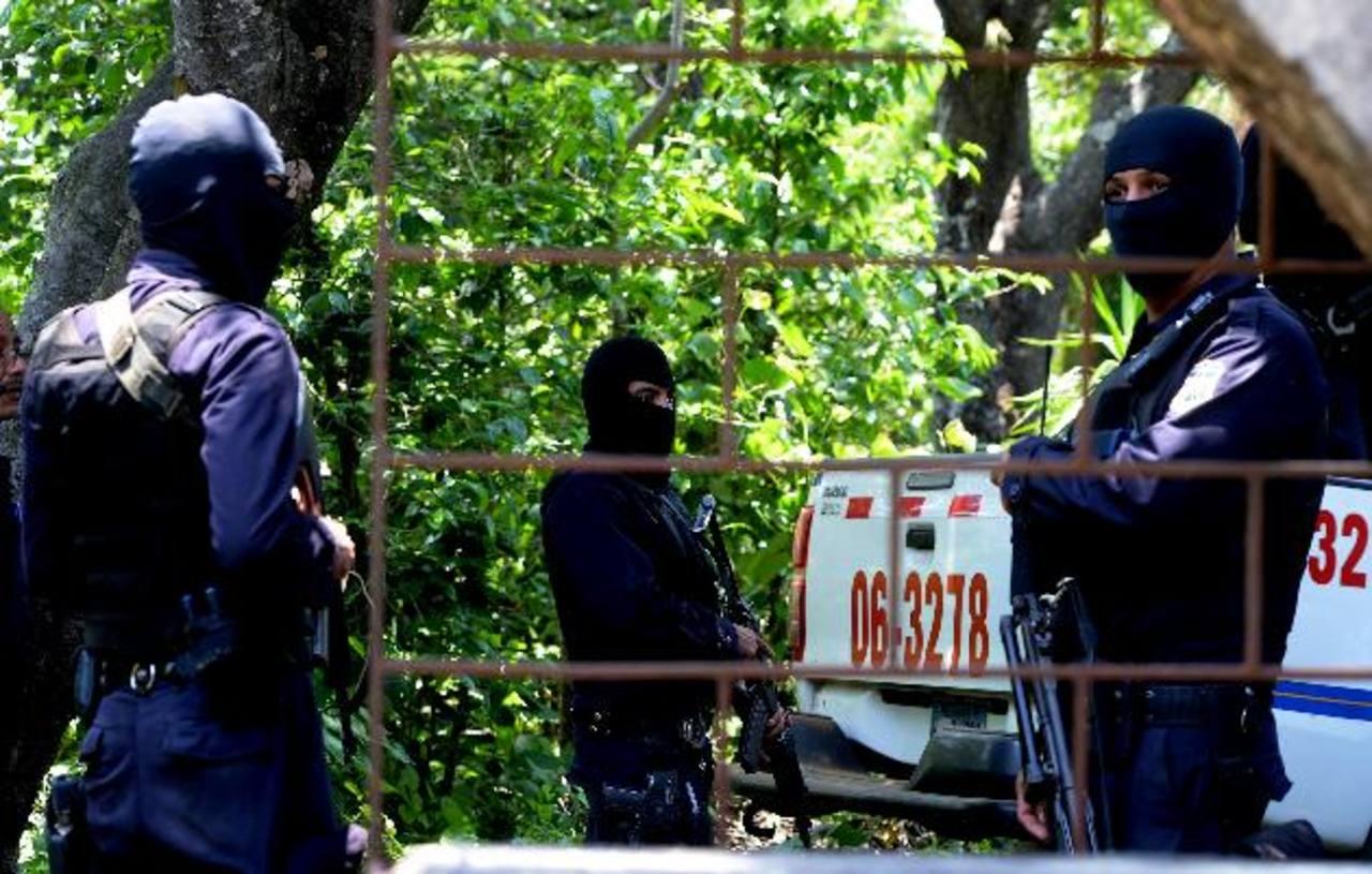 Desde varios metros de distancia, la Policía montó un cerco por orden de la Fiscalía, para que los periodistas no verificaran los hechos.