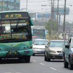 Los buses interdepartamentales que continuarían circulando por el bulevar del Ejército tenían prohibido subir y bajar usuarios en dicha arteria. Foto EDH/huber rosales