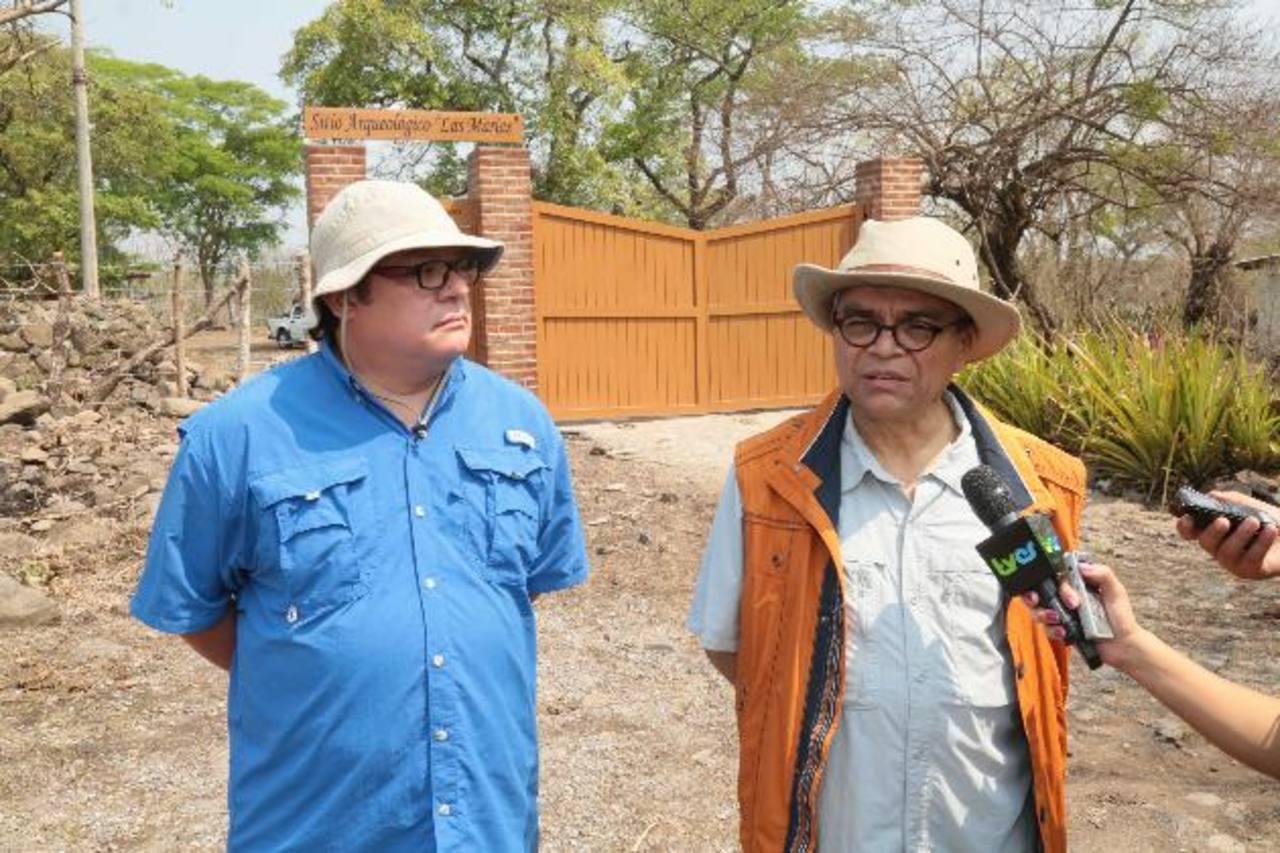"""Marlon Escamilla y Ramón Rivas en una visita al sitio arqueológico """"Las Marías"""". Foto EDH / SECULTURA"""