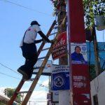 Desde el lunes anterior, cuadrillas de trabajadores retiran la propaganda electoral. Foto EDH/ Archivo